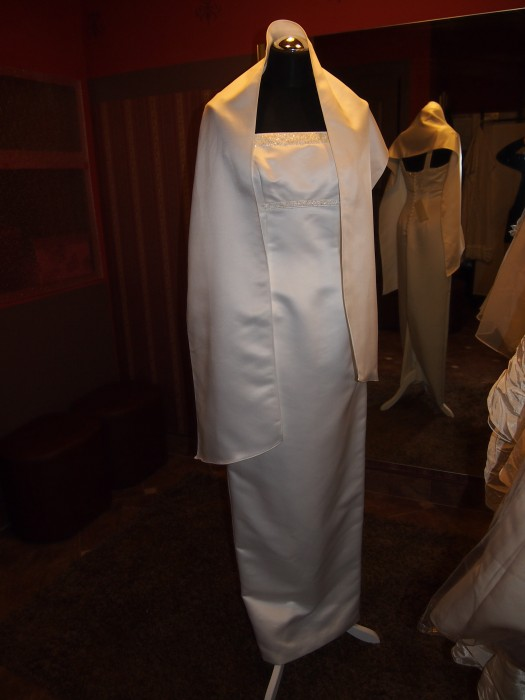 0d58643cd1 Przedstawiamy bardzo elegancką suknię ślubną zdobioną koralikami
