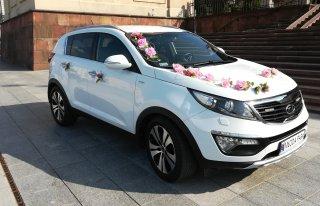 Samochód do ślubu w pięknym białym kolorze