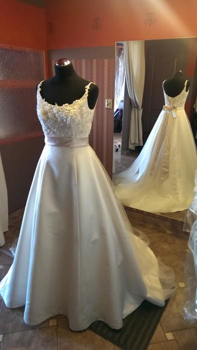 4a983a114d Zapraszamy do zakupu pięknej sukni ślubnej prosto z Włoch. Suknia ręcznie  zdobiona z piękna kokarda nadającą odrobinę słodyczy. Dostępna również w  innym ...