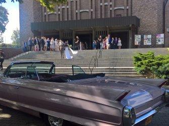 Różowy Cadillac Kabriolet czeka na Nowożeńców Jasło