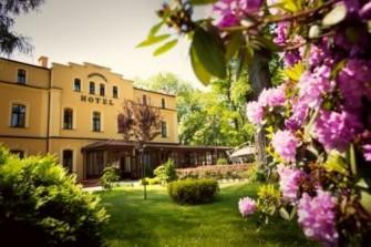 Front i otoczenie hotelu Jastrz�bie-Zdr�j
