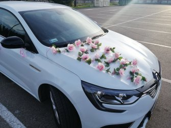 Na życzenie, gratis istnieje możliwość ozdobienia auta (kwiaty, tablice rejestracyjne, wstążki, balony). Lublin
