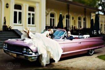 Różowy Cadillac Kabriolet podczas sesji Jasło