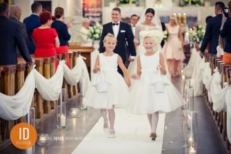 Dzieci sypiące kwiatki na ślubie Warszawa