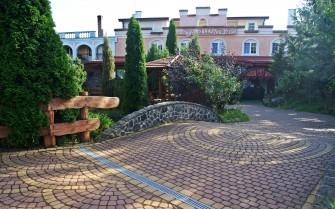 Zajazd Kasztelan Wiski - podwórze, ogród. Wizna