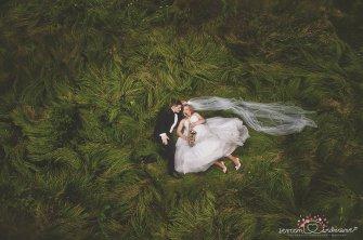zaskakująca sesja ślubna w trawie  Warszawa