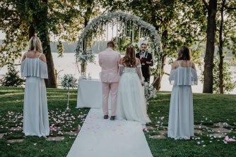 ślub w plenerze nad jeziorem Zbiczno