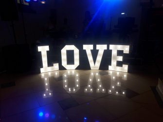 Święcący napis LOVE Lubin