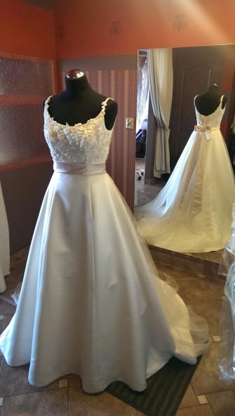 Zapraszamy do zakupu pięknej sukni ślubnej prosto z Włoch. Suknia ręcznie zdobiona z piękna kokarda nadającą odrobinę słodyczy. Dostępna również w innym odcieniu.  Zapraszamy na Nawrot 32. U nas znajdziesz suknię dla siebie. Łódź