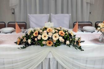 Dekoracja sto�u z kompozycj� z �ywych kwiat�w Sanok