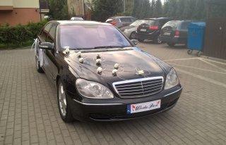 Czarna Esa, elegancki szofer, harmonijne ozdoby Gdynia
